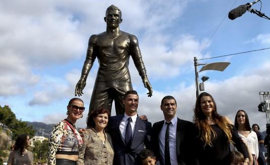 Cristiano Ronaldo, al centro, asistió junto a su familia.