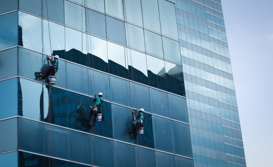 Donan $72,000 a limpiador de ventanas accidentado