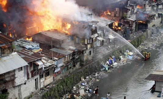 Incendio en casas de un barrio pobre en Filipinas, durante la celebración de Año Nuevo