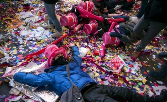 Personas disfrutan de la celebración de Fin de Año en Times Square, Nueva York.