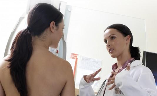 La mamografía es la principal herramienta para detectar cáncer de seno, incluyendo para las mujeres con implantes.
