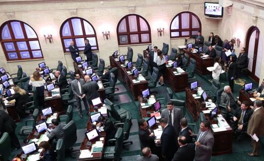 """El representante Pedro Julio """"Pellé"""" Santiago, a la extrema derecha, estrenó asiento ayer, luego de que fuera removido del área de la delegación novoprogresista por votar a favor de la llamada crudita."""