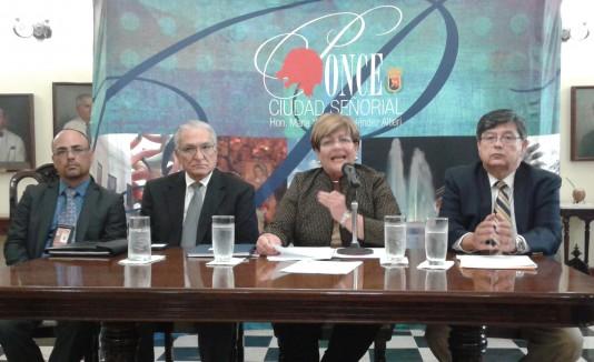 El reclamo de la alcaldesa María Mayita Meléndez Altieri (al centro), estuvo respaldado por miembros de la Junta Administrativa del Muelle Municipal.