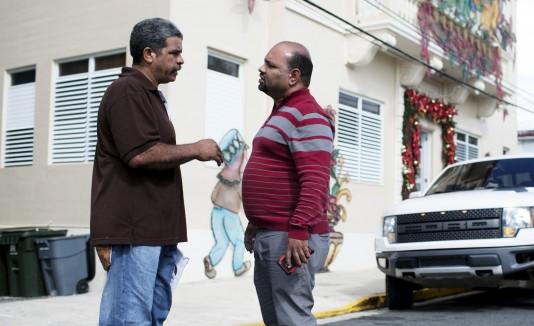 El  alcalde de Río Grande, Ángel González dialoga con un compueblano que pide ayuda.