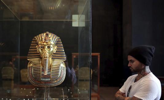 Pegan con resina inapropiada barba de Tutankamón.