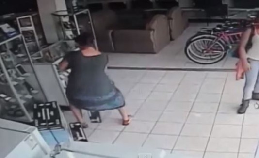 """Mujer robando televisor con su """"vestido mágico"""""""