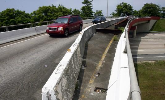 El puente sobre la PR-2 en Mayagüez es uno donde recurren accidentes y daños a la propiedad por objetos lanzados desde la estructura.