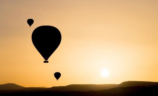 Varios globo aerostáticos en pleno vuelo.