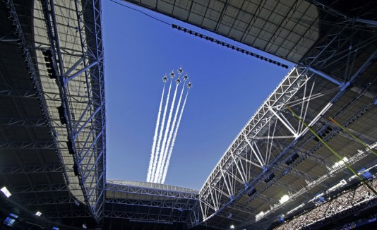 Aviones vuelan sobre el University of Phoenix Stadium.