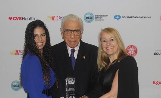 """Deyeneira Raíces (izquierda) recibe el premio por parte del ex congresista Robert """"Bob"""" García y Amber Gay, gerente de la tienda Macy's de Plaza Las Américas."""