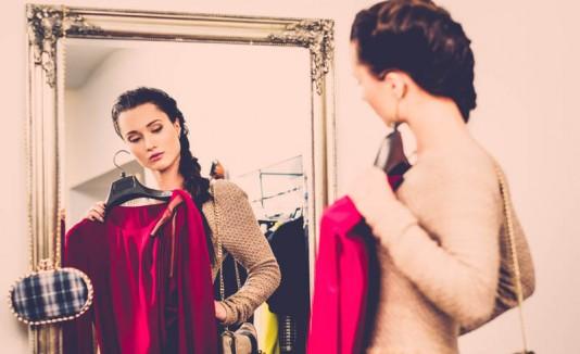 Mujer probándose ropa
