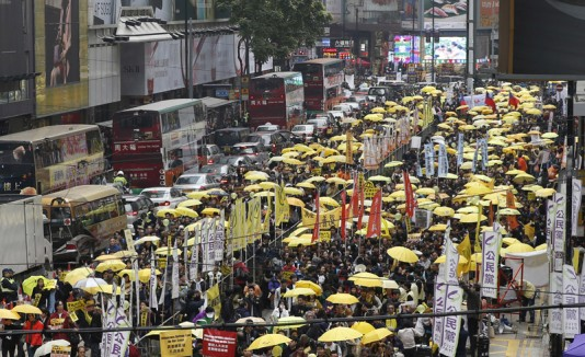 Miles de activistas marchando en Hong Kong.