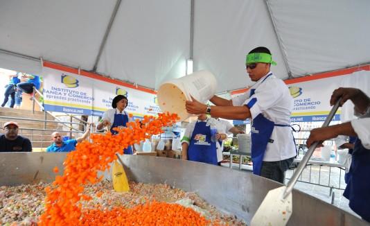 En plena etapa de confección, el equipo de Artes Culinarias del  Recinto de Bayamón del IBC prepara el sopón.