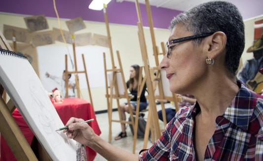 Irma Falcón,  de 64 años de edad,  disfruta a plenitud la oportunidad de dibujar y pintar.