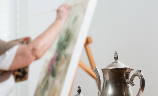 Mujer creando una pintura.