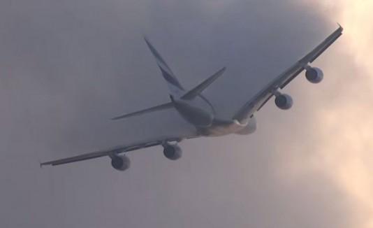 Un Airbus A380 pasando por unas nubes.