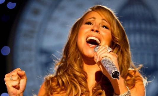 Mariah Carey cantando.