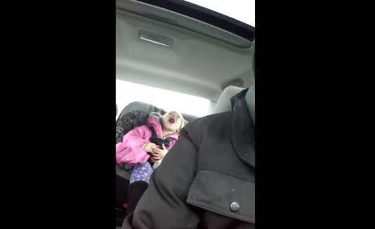 Niña trolleada por su padre cantando mal una canción de Frozen