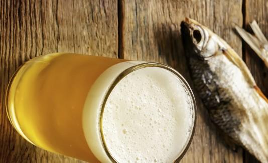 Al igual que con otros alimentos, hay varias opciones de cervezas para acompañar tu plato proveniente del mar.