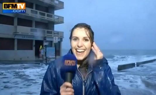 Fanny Agostini, reportera que fue impactada por ola grande.