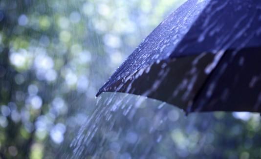 Lluvia y sombrilla