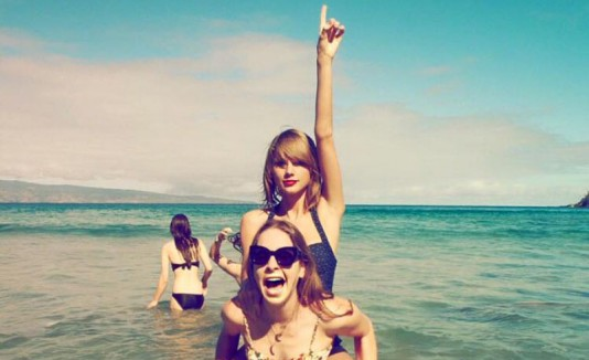Taylor Swift y HAIM en una playa.