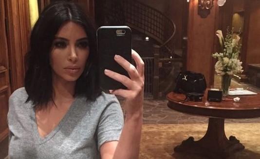 Kim Kardashian tomándose un selfie.
