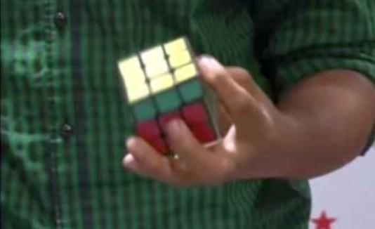 Joven indio hace 5 Rubik's Cube en 83 seundos.