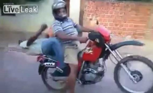 Dos hombres borrachos en una motora.
