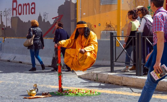 Hombre haciendo levitación.
