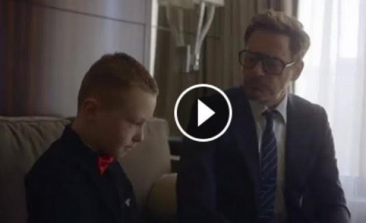 Robert Downey Jr. regala brazo biónico a niño