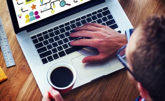 Hombre con una laptop y café