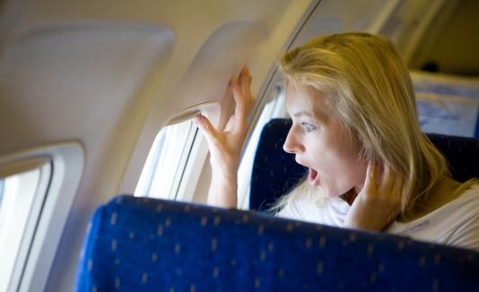 Mujer sorprendida en un avión