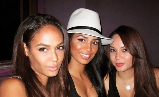 Joan Smalls con sus hermanas