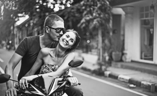 Pareja de hombre y mujer en una motora
