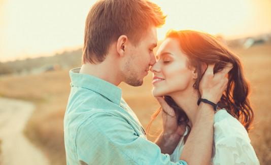Pareja de hombre y mujer enamorados