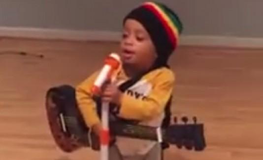Niño imita a Bob Marley