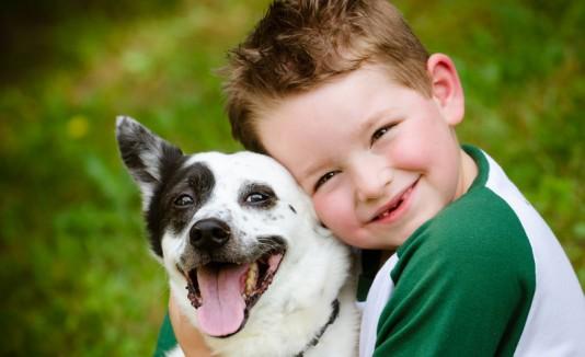 Niño con un perro