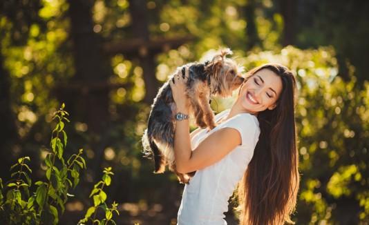 Mujer con un perro mostrando amor