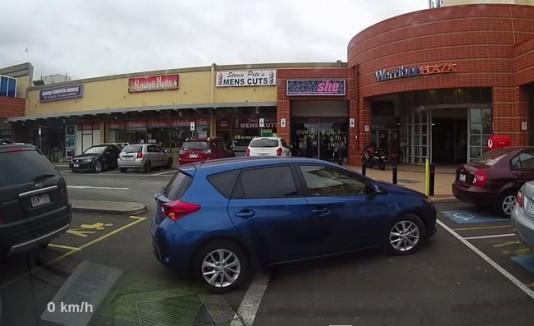 Mujer sufre al estacionar su carro