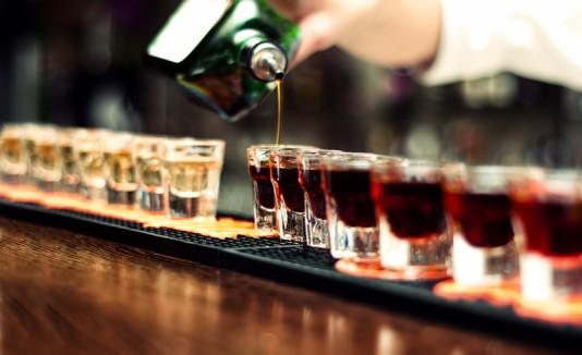 Bartender preparando bebidas con alcohol