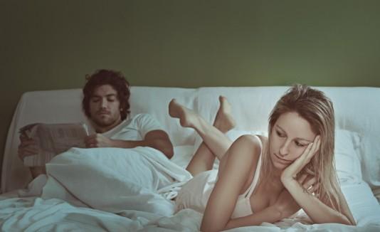 Pareja en la cama falta de sexo