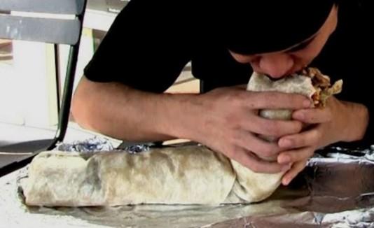 Hombre comiendo burrito gigante