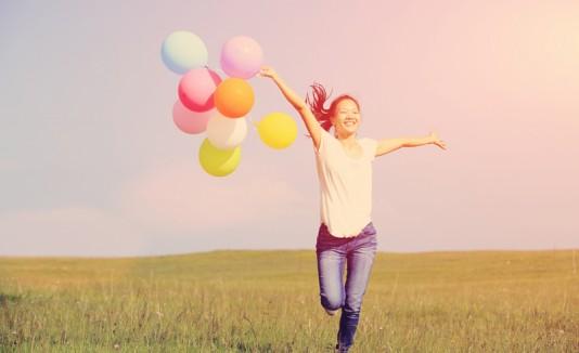 Mujer feliz con bombas