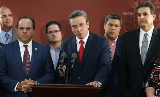 Gobernador con legisladores PPD