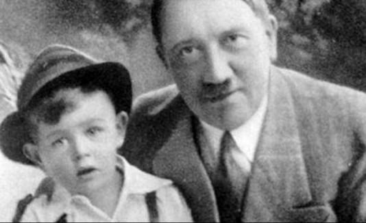 Propaganda de Adolfo Hitler con niño