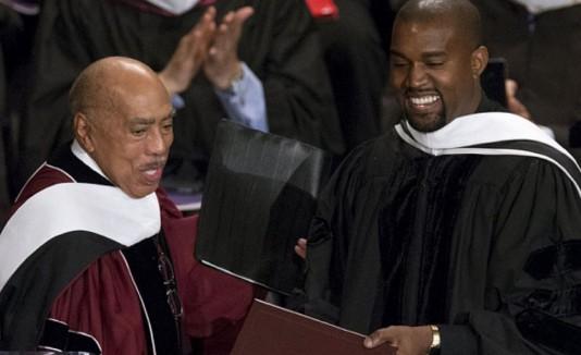Kanye West recibiendo su doctorado