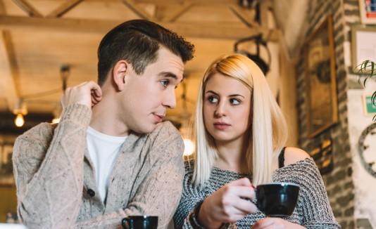 Pareja con café hablando