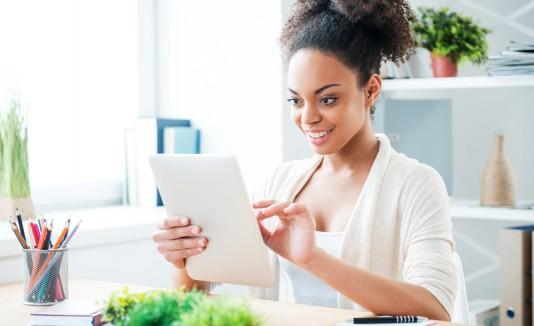 Resultado de imagen para mujer feliz en trabajo