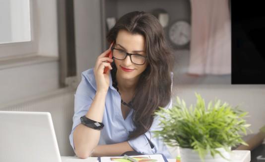 Mujer hablando por celular en el trabajo